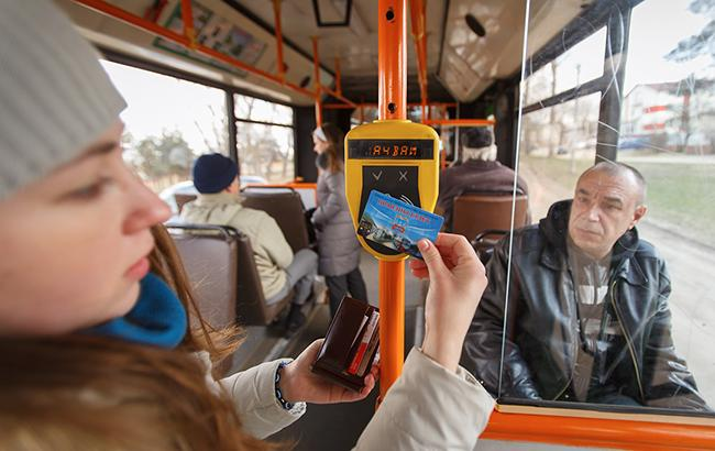 Українцям можуть надати можливість платити за проїзд в громадськом транспорті електронними картами