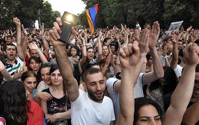 Фото: у Єревані продовжуються протести