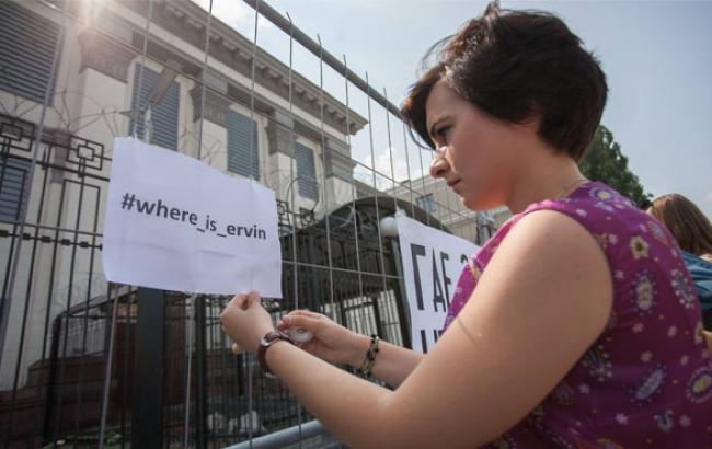 Фото: Акція біля стін посольства Росії в Києві (qha.com.ua)