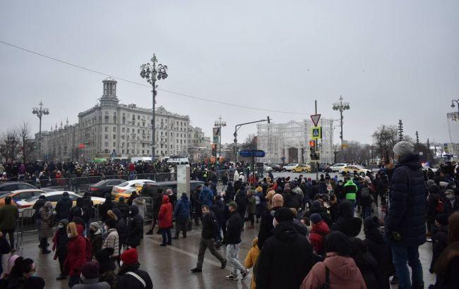 Задержание ребенка и призывы от полиции носить маски: митинг за Навального начался в Москве