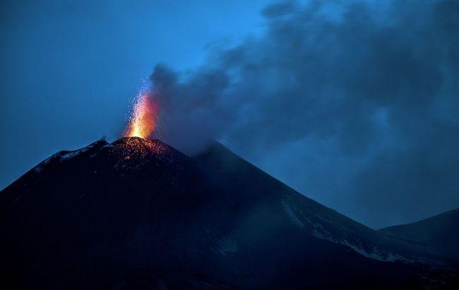 В Італії прокинувся легендарний вулкан Етна: відео заворожливого виверження