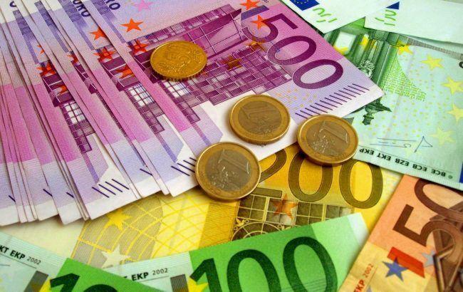 Нацбанк немного снизил курс евро