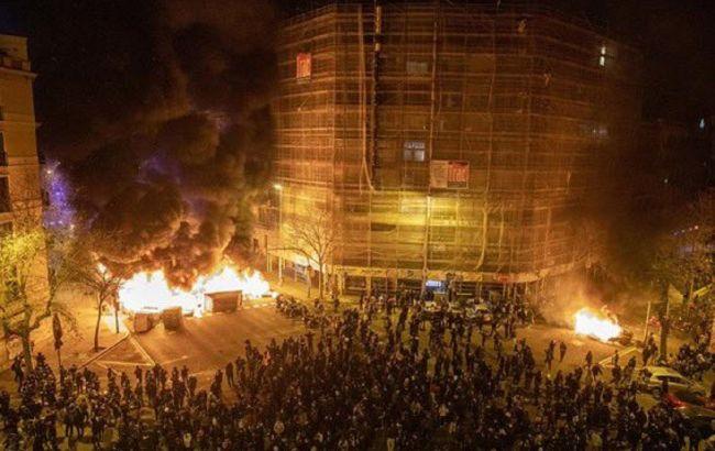 Вибухи і сутички з поліцією: в Барселоні масові заворушення