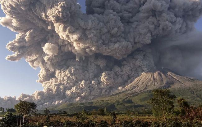 Столб дыма 5 км: в Индонезии снова проснулся вулкан Синабунг