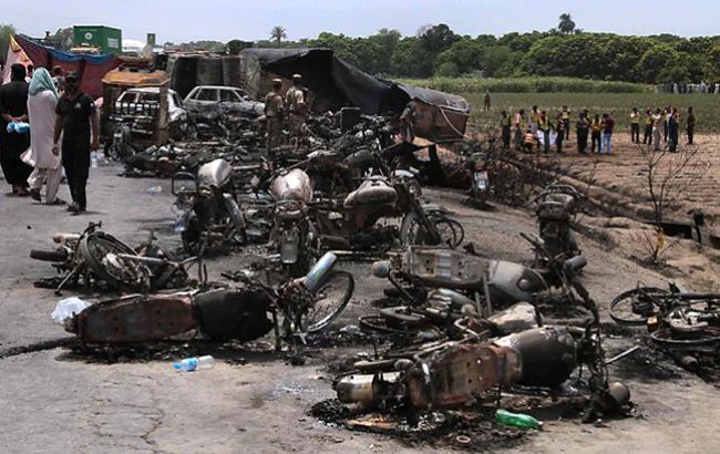Фото: вибух бензовозу в Пакистані (thesparkng.com)