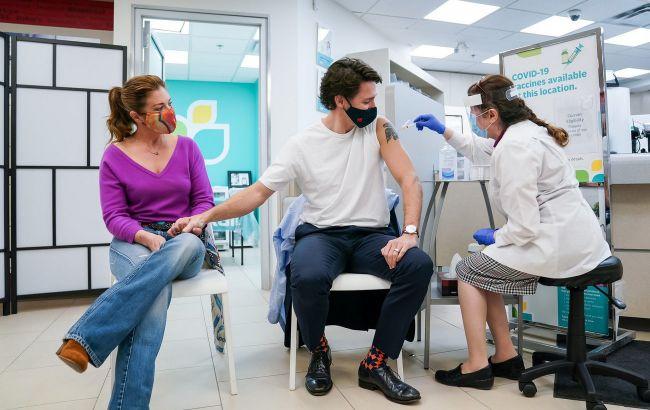 Прем'єр-міністр Канади отримав перше щеплення від COVID-19 вакциною AstraZeneca