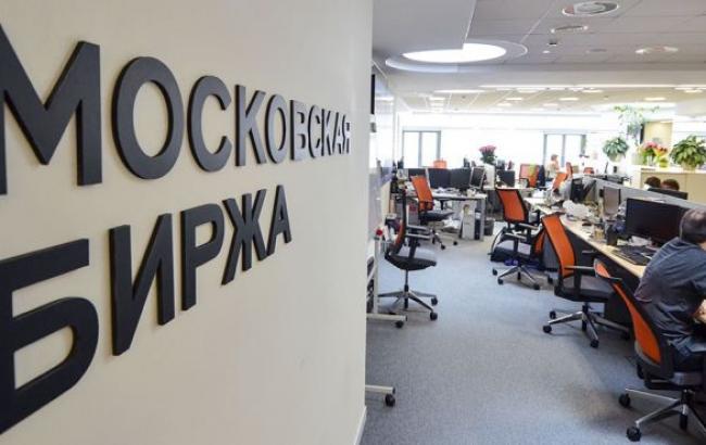 Курс евро на Московской бирже превысил отметку в 100 рублей, доллара - 80 рублей