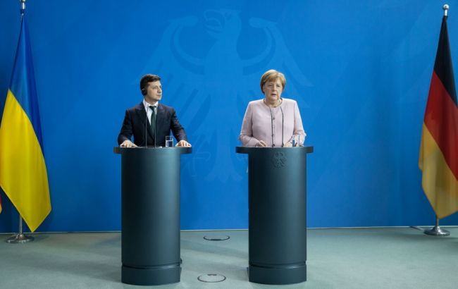 Зеленский позвонил Меркель и поднял вопросы санкций против окружения Януковича