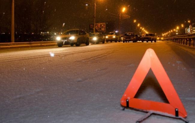 У Києві авто на великій швидкості врізалось у вантажівку, є жертви