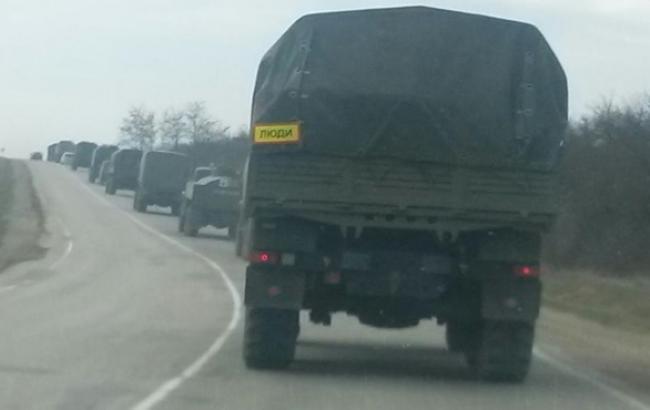 Журналисты AP зафиксировали передвижение трех колонн военных автомобилей на подконтрольной боевикам территории