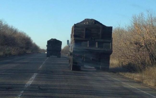 В Курахово пограничники задержали 5 грузовиков с 155 тоннами угля, - штаб АТО