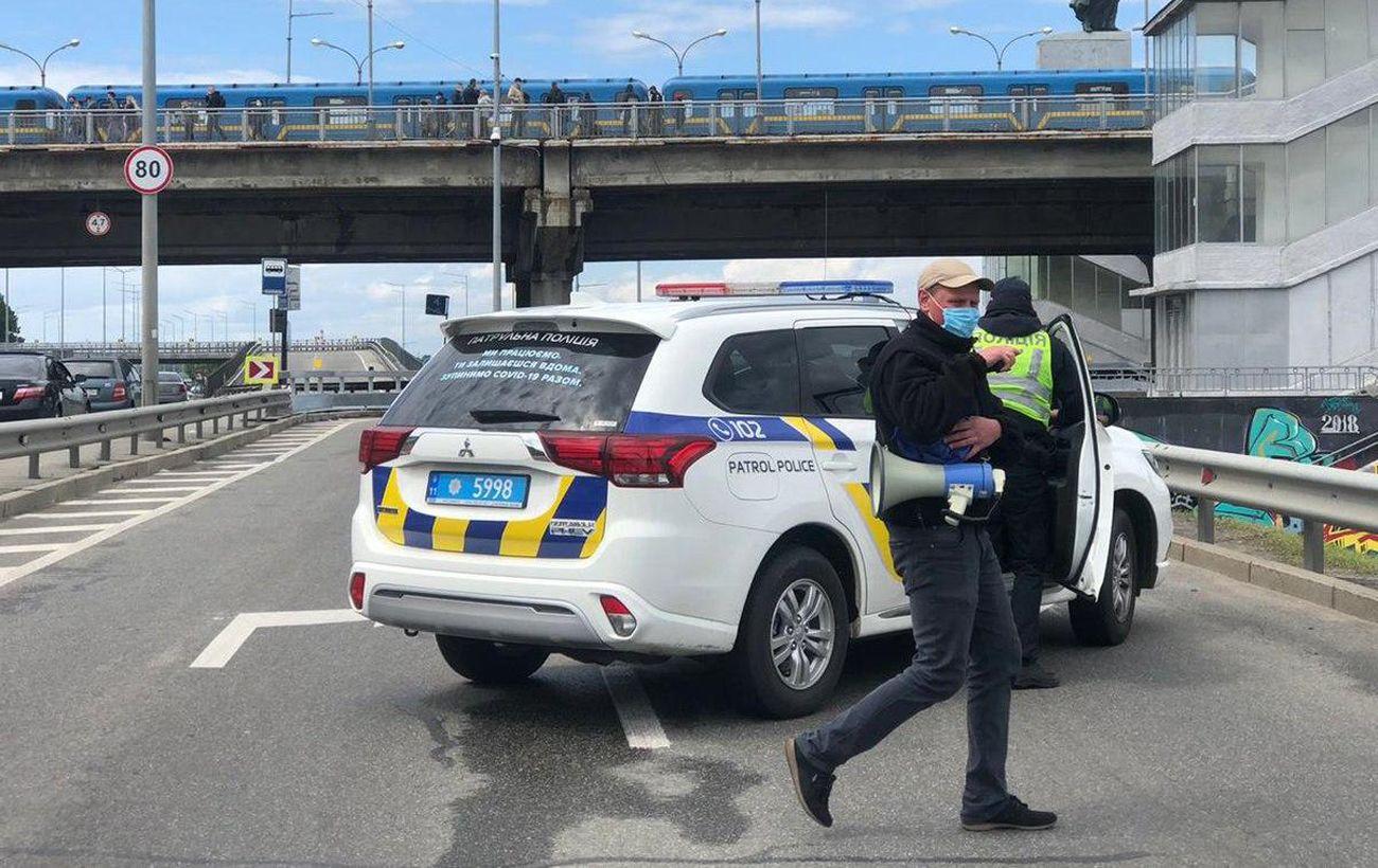 В Киеве люди перекрыли дорогу на мосту Метро, движение заблокировано