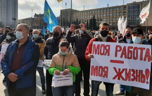 Карантинные протесты: в Запорожье перекрыли движение трамвая, Николаев тоже митингует