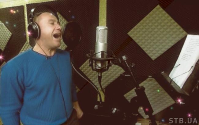 У понеділок, 14 листопада, в шоу Хата на тата 5 на телеканалі СТБ візьме участь самий співаючий батько всіх сезонів проекту. Як Юрій Яценко впорається із завданнями творців проекту можна дивитись онлайн на Styler.