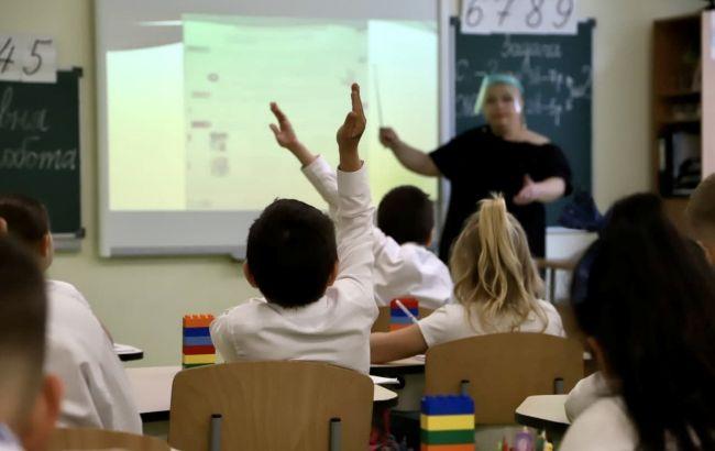 """Кабмин изменил условие работы школ в """"красной"""" зоне. У всех должен быть сертификат"""