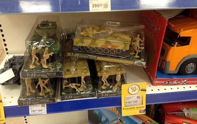 """""""Пропаганда российских спецслужб"""": в столичном супермаркете продают игрушки с символикой РФ (видео)"""