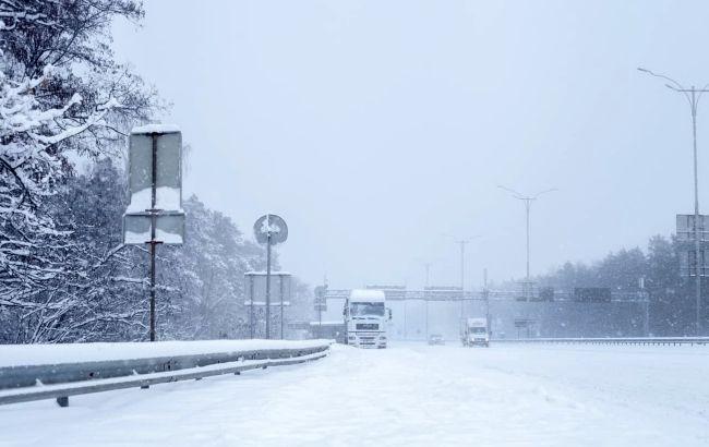 Киевлян призвали не выезжать на своих машинах из-за снегопада