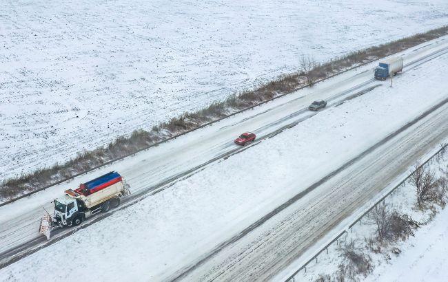 Снігопади в Україні: на трасі Київ-Одеса чотирикілометровий затор