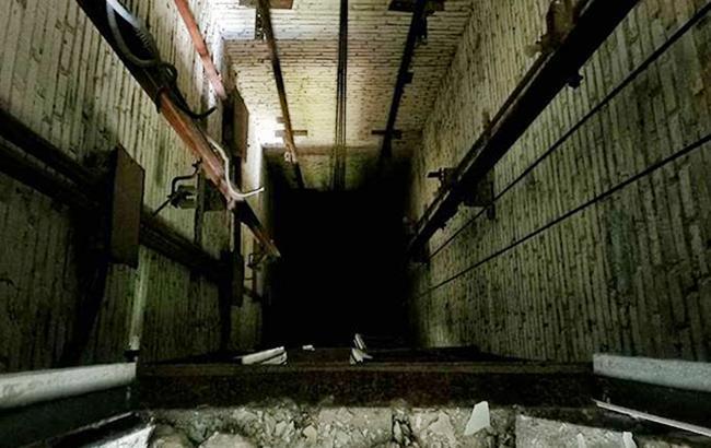 Смертельное свидание: ВКиеве девушка упала вшахту лифта (ФОТО 18+)