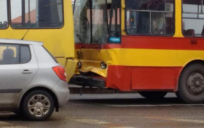ВоЛьвове троллейбус протаранил маршрутку