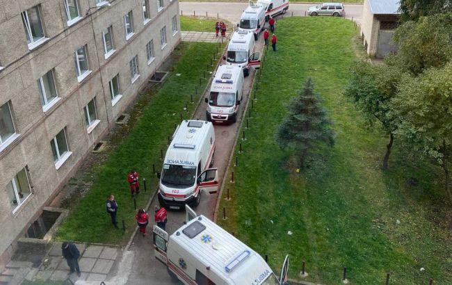 """Біля лікарні Львова утворилася черга """"швидких"""" з хворими на COVID"""