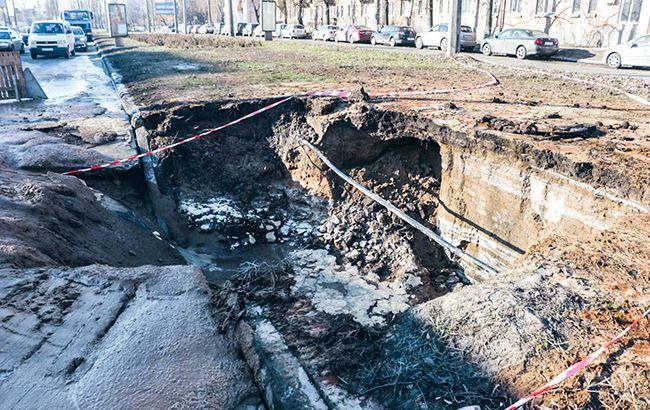 Движение в районе провала дороги в Соломенском районе затруднено