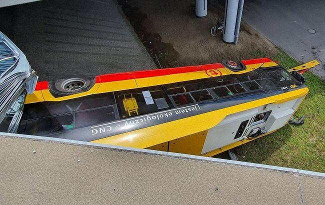 У Польщі з мосту впав автобус, є загиблий і десятки поранених