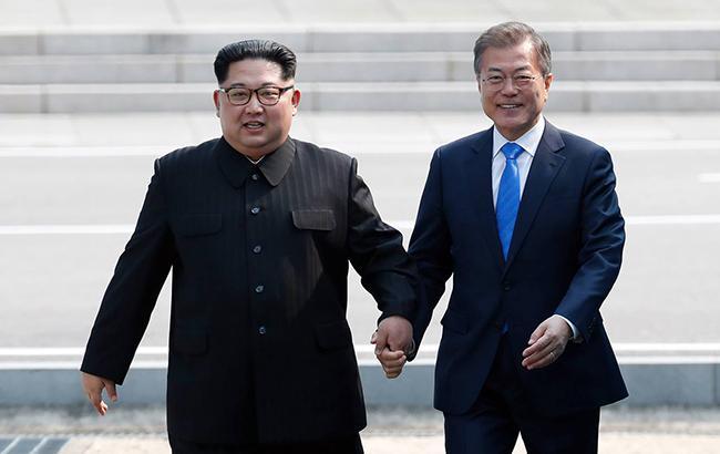 Фото: встреча Ким Чен Ына и Мун Чжэ Ина (facebook.com KoreaClickers)