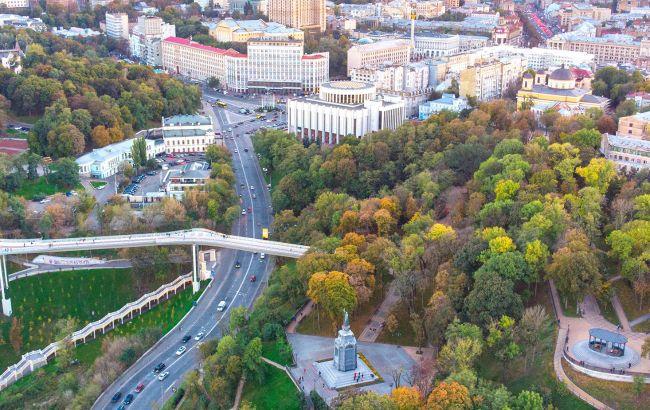 В Киеве прямо посреди улицы образовался бассейн (видео)
