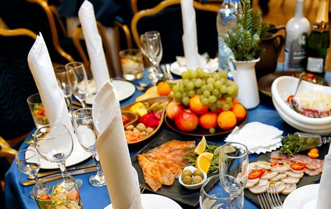 Праздничный стол (фото: facebook.com/mobilfurshet)