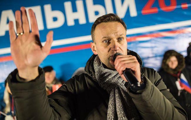 """Навальный вылетел в Москву. Во """"Внуково"""" стянули автозаки, рейсы отменяют из-за непогоды"""