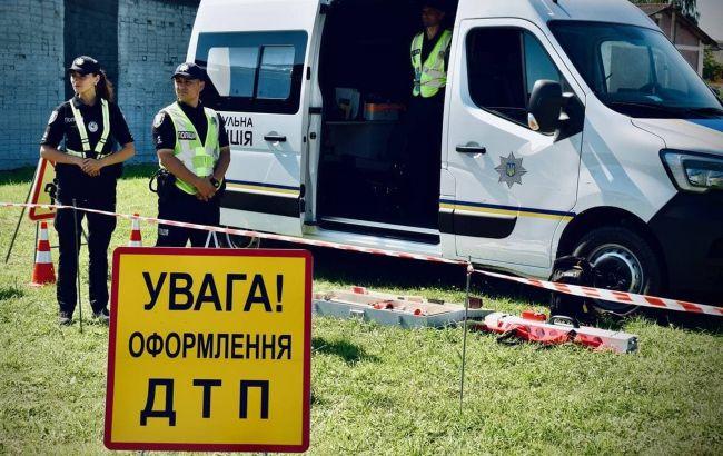 У центрі Києва військова вантажівка зіткнулася з Volvo