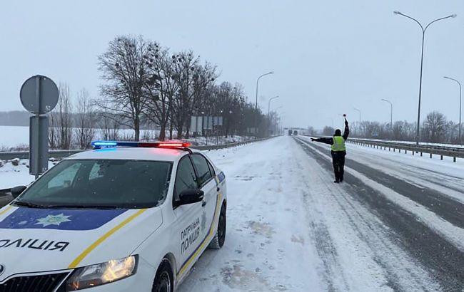 Під Рівним п'яний водій шкільного автобуса з дітьми потрапив у снігову пастку