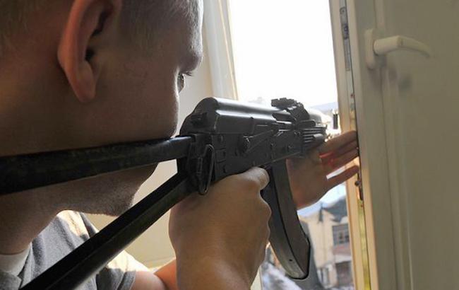 Фото: Мужчина с оружием (facebook.com postfactum.ks.ua)
