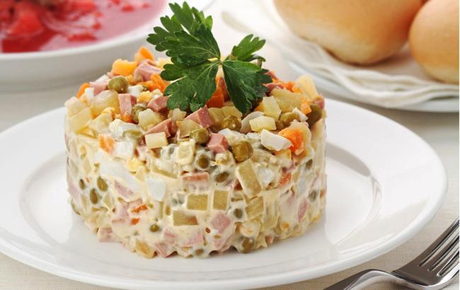 """Топ-5 рецептов """"Оливье"""": как изменился салат за 150 лет"""