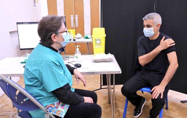 Мэр Лондона получил первую прививку от COVID