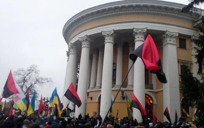 В сети бурно обсуждают скандальный штурм Октябрьского дворца в Киеве