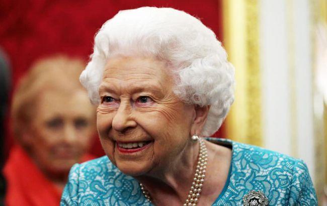 Королева Елизавета II вышла из карантина и оседлала коня (фото)