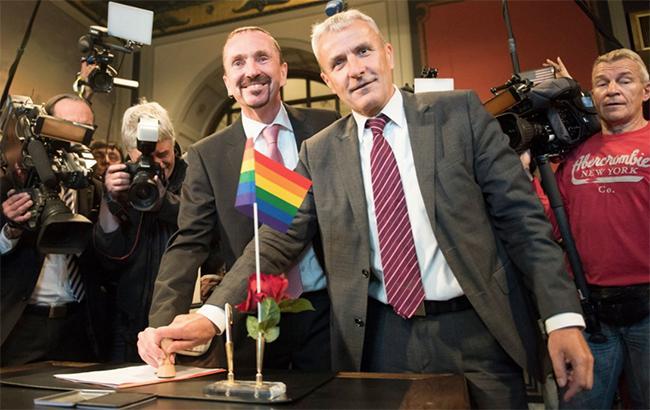 Впервые в истории: в Германии зарегистрировали однополый брак