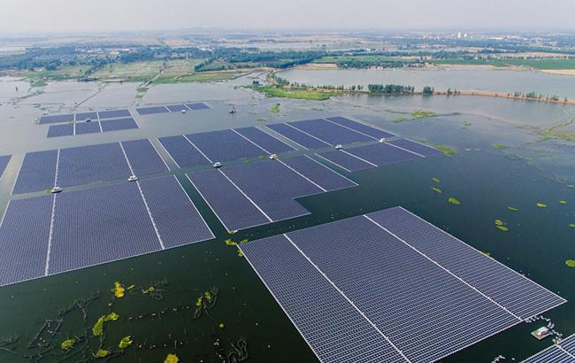 Фото: плавучая солнечная электростанция (facebook.com yicaiglobal)