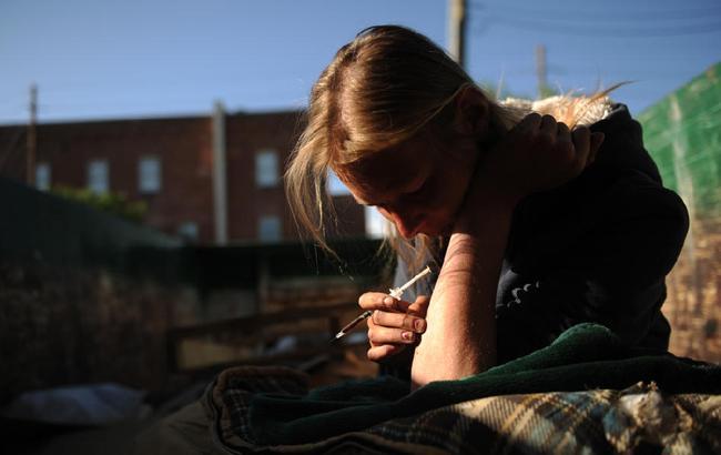 В Запорожье женщина гуляла с ребенком под кайфом (видео)