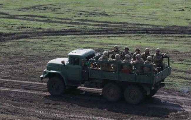 На Донбассе в результате подрыва автомобиля погиб военный, еще трое ранены