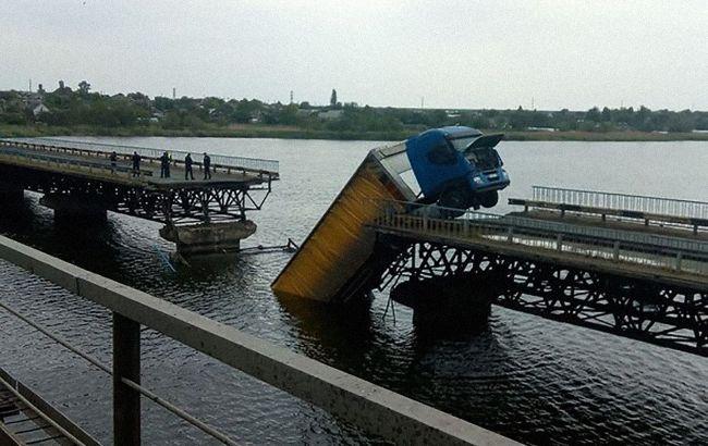 У Дніпропетровській області під вантажівкою провалився міст