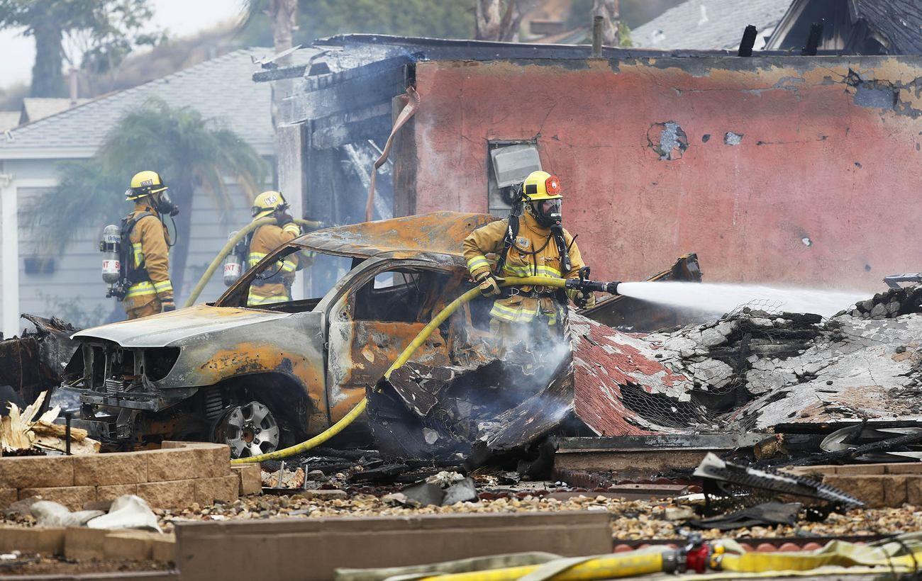 В Калифорнии самолет рухнул на жилой район: есть погибшие и пострадавшие