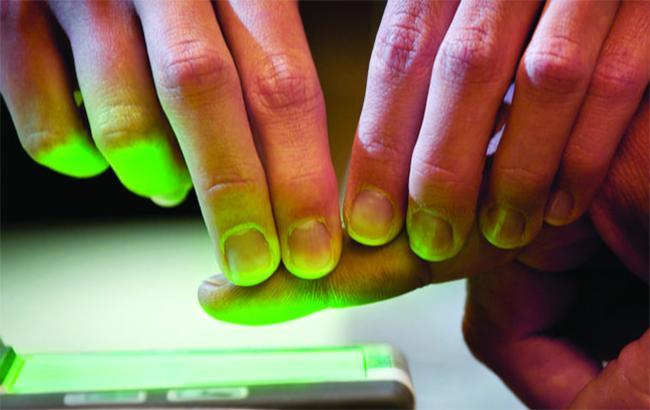 Фото: сканирование отпечатков пальцев (FBI.gov)