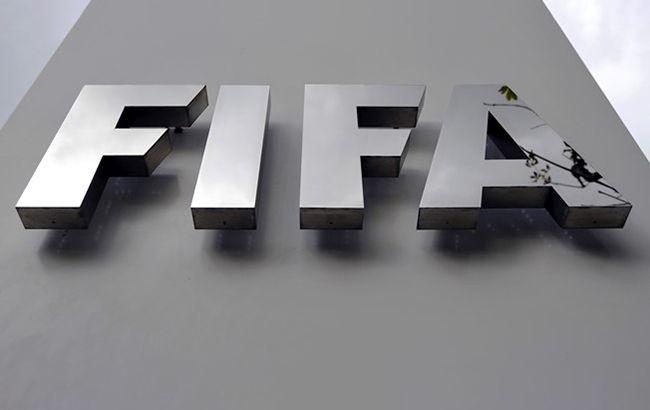 ФИФА попросила футболистов согласиться на сокращение зарплаты в два раза