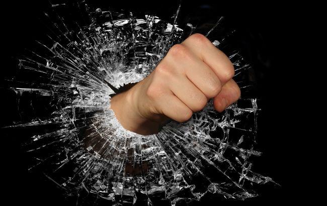 В Днепре пьяные хулиганы разгромили трамвай и избили водителя
