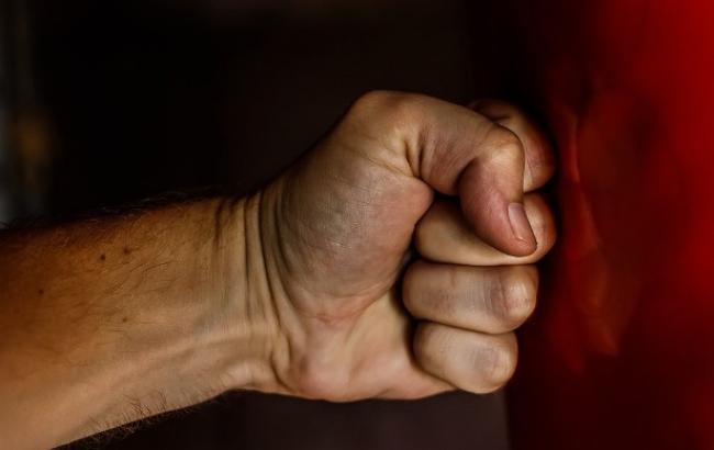 """""""Хлопчик у важкому стан""""і: у Миколаєві 17-річної спортсмен побив дитину"""