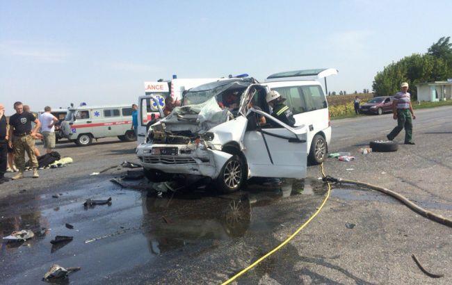 Фото: изуродованный после аварии микроавтобус