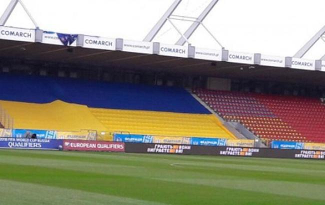Фото: Флаг Украины на трибунах стадиона в Кракове (unn.com.ua)